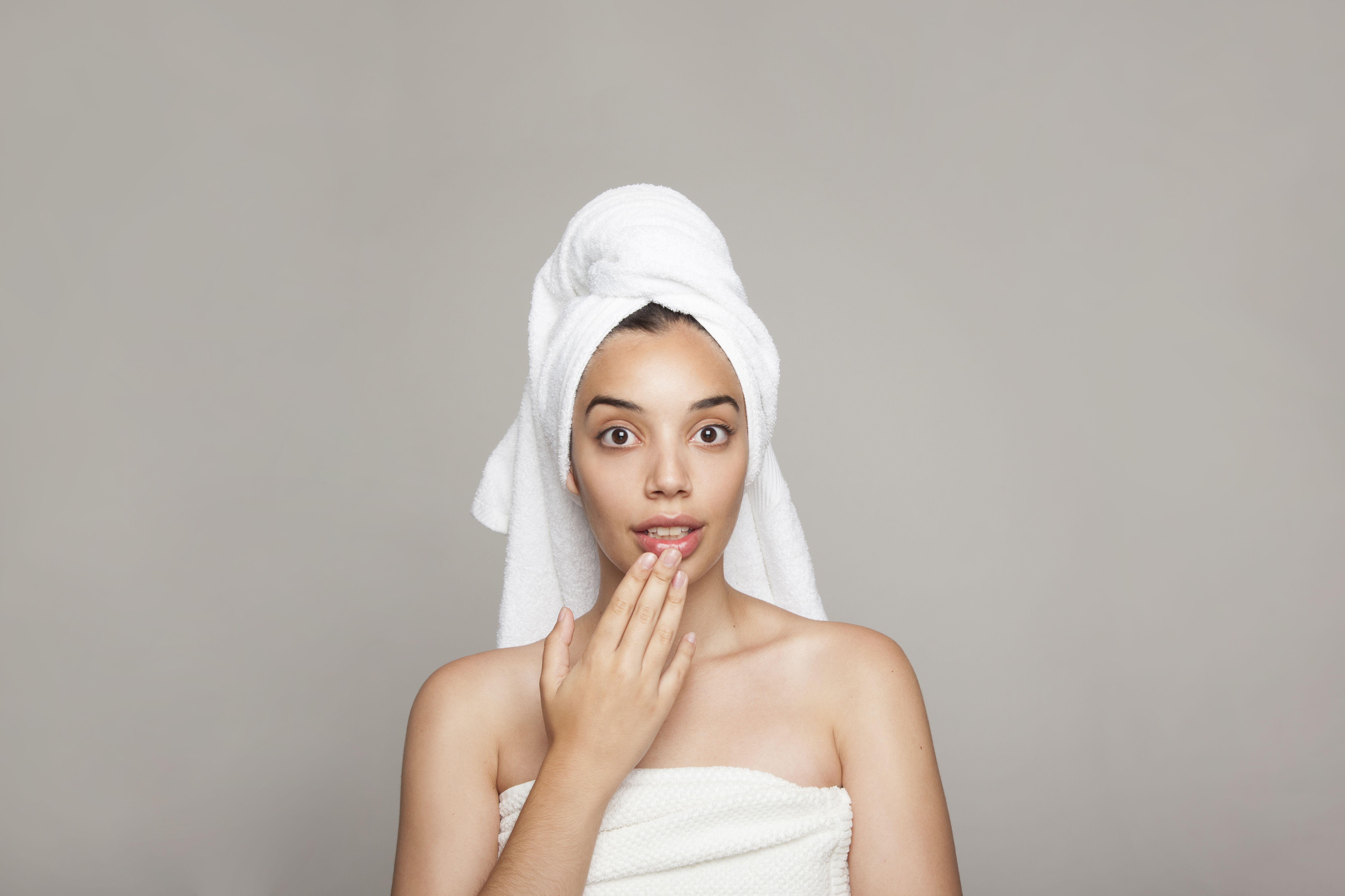 Картинка девушка с полотенцем на голове