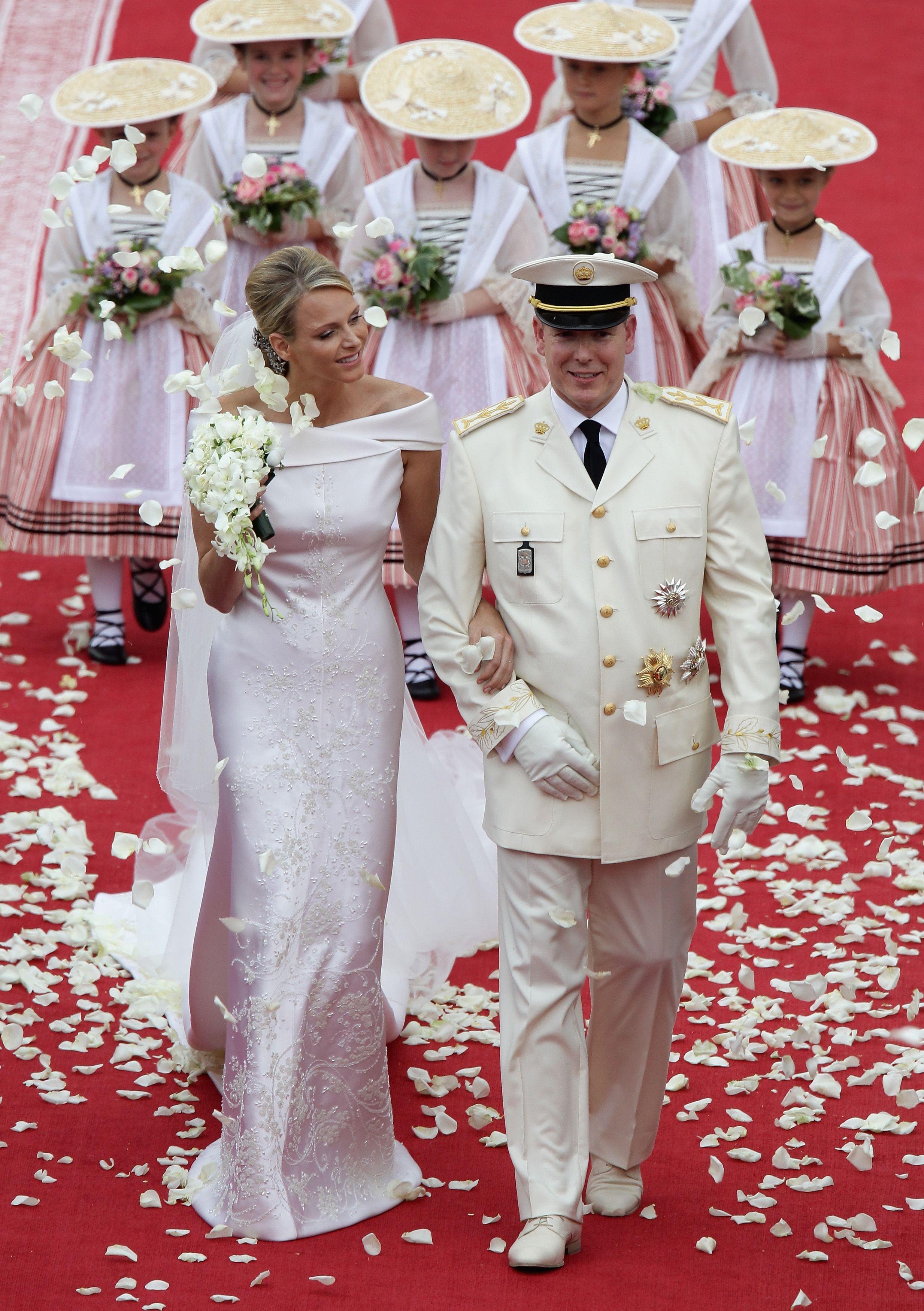 400 тис. кристалів Swarovski прикрашалли сукню принцеси Монако на її весіллі  із князем Альбертом ІІ. Дизайном розкішної атласної сукні особисто займався  ... b79d9e1664184