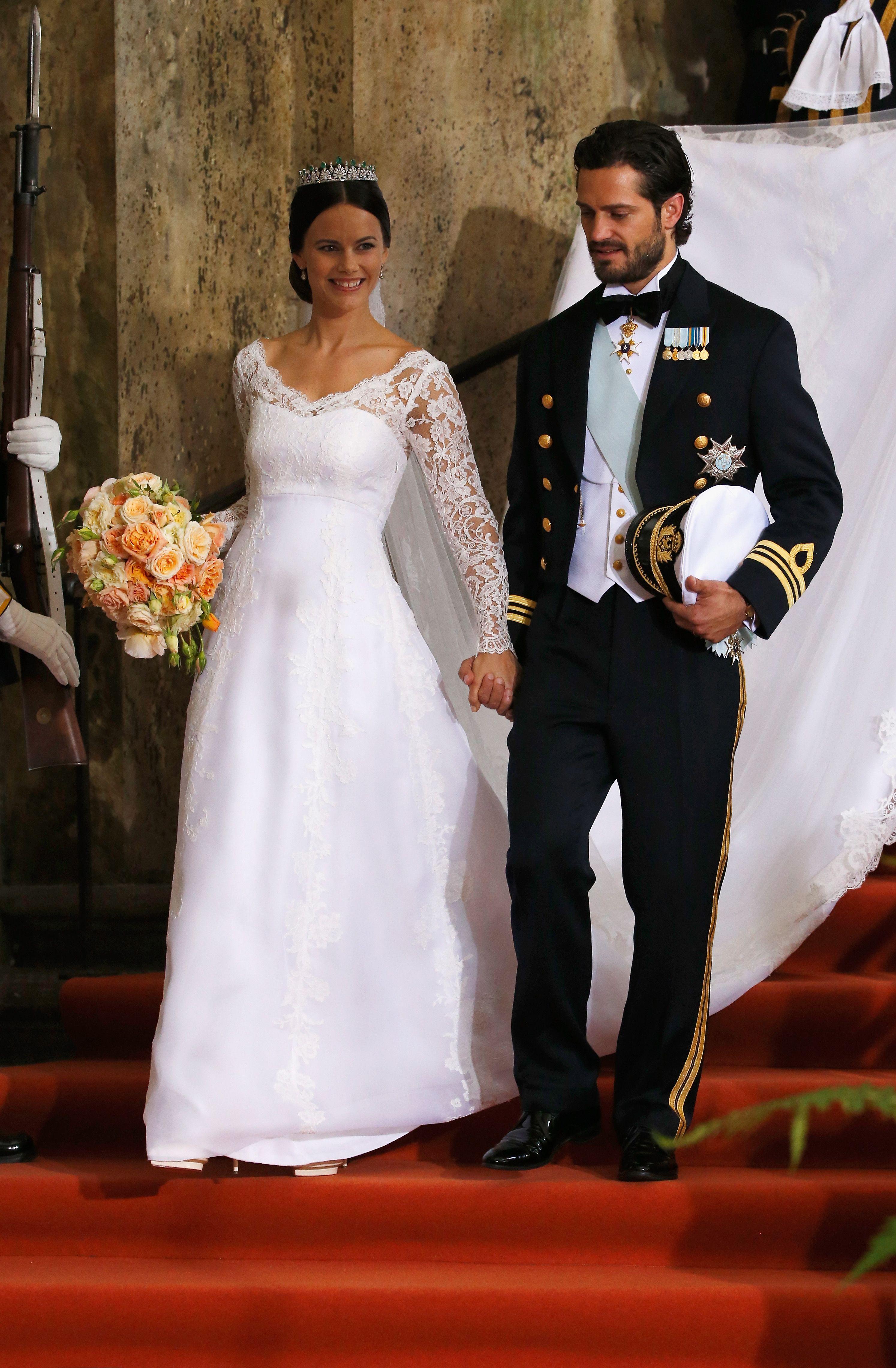 ... Сукня була пошитою із шовку та італійської органзи. Прикрашала голову  принцеси Софії діадема з діамантів і смарагдів. Корона була спеціальним  подарунком ... dff5fc3e480f6