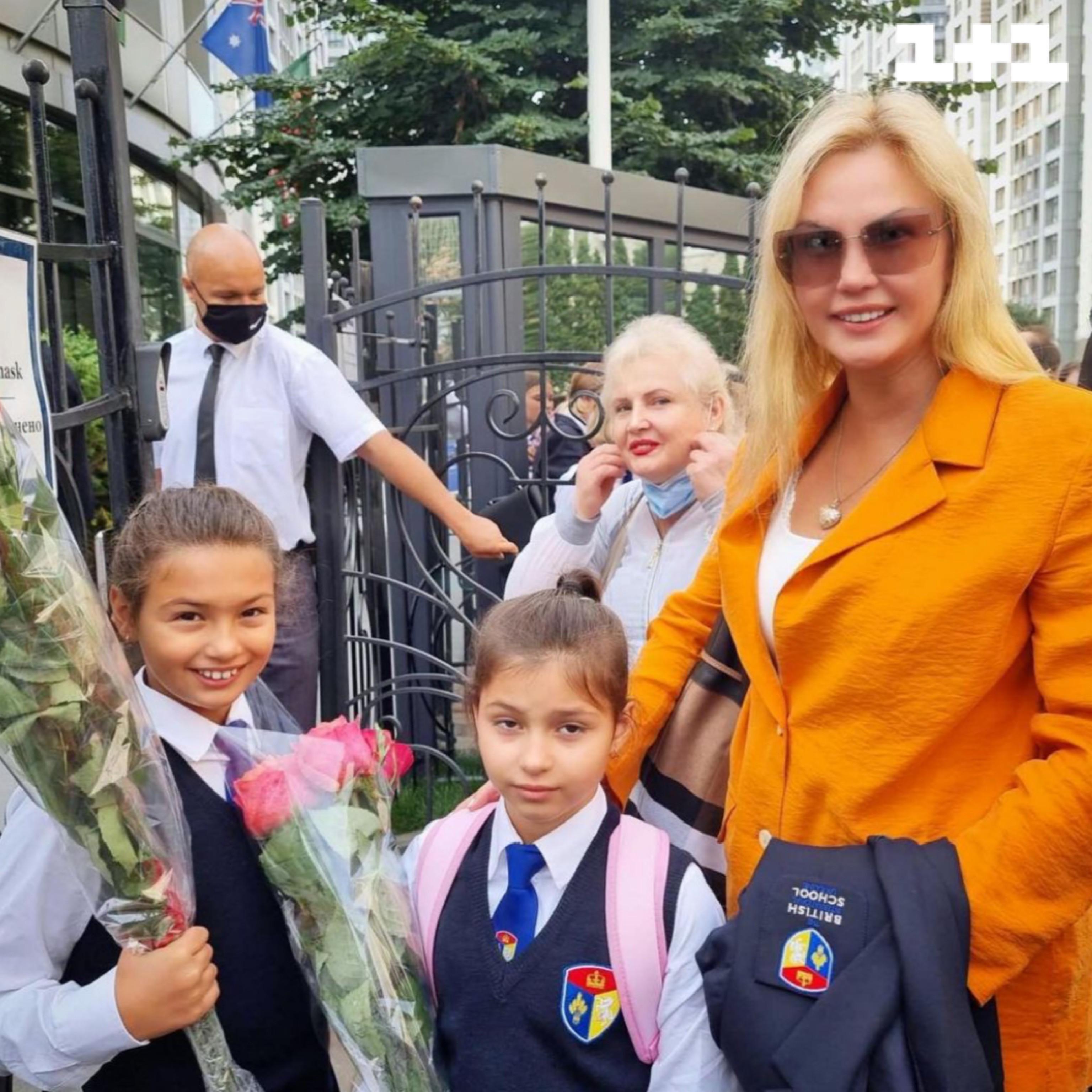 камалія с доньками на 1 вересня
