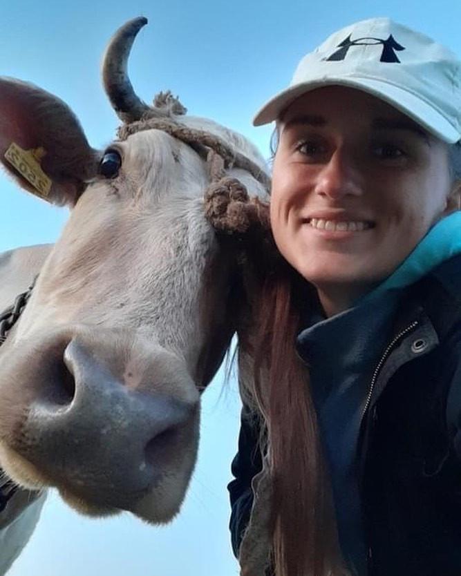 Даша Євтух з коровою