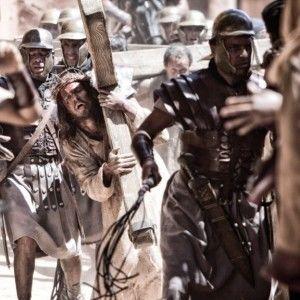 Ісус з учнями ходить від міста до міста, і набуває популярності
