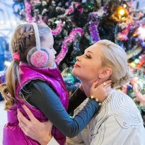 Зворушливі фото: Лідія Таран зігріває маленьку доньку під засніженою ялинкою