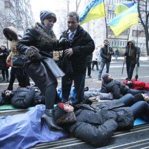 Активісти Євромайдану провели лежачий протест під стінами Генпрокуратури