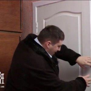 Сім'я: Сергій з цікавістю вивчає кімнату Яни