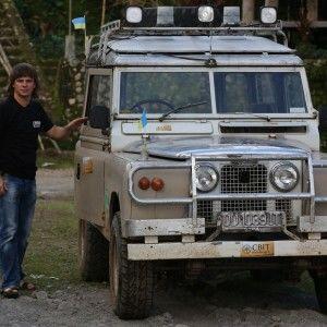 """Ведучий 1+1 знайшов """"хрущовки"""" в джунглях Індонезії"""