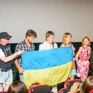 Дмитро Комаров не виїжджає за кордон без прапора України