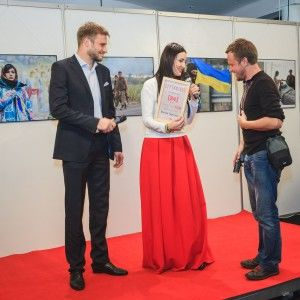 Вітвіцька і Гордєєв нагородили автора драматичного фото про війну