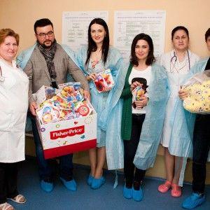 Телеведучі 1+1 передали лікарні Охматдит прилад, який рятує життя немовлят