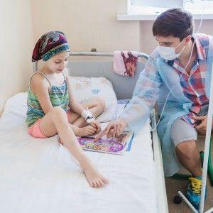 """Анатолій Анатоліч зачитав дітлахам казки у лікарні """"Охматдит"""" та подарував книги"""