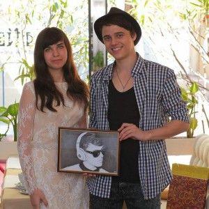 """Щоб зустрітися з зіркою """"Голосу країни"""", прихильниця намалювала десятки його портретів"""