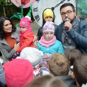 Руслан Сенічкін та Людмила Барбір пригостили малечу смаколиками у центральному парку Чернівців