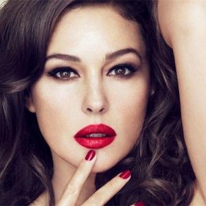 Червона помада на Новий рік: Секрети успішного макіяжу від візажиста
