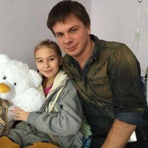 Щоб врятувати життя 12-річній дівчинці, Дмитро Комаров влаштував новорічний аукціон