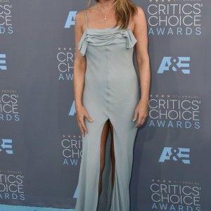 Дженніфер Еністон шокувала невдалим вбранням на червоній доріжці (ВІДЕО)