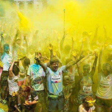 Ведучі 1+1 вимастилися фарбами і долучилися до благодійного забігу Color Run
