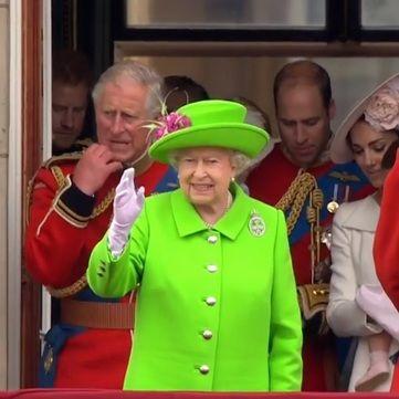 Вбрання 90-річної Єлизавети II підкорило соцмережі (відео)