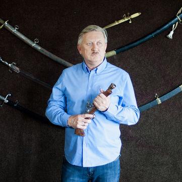 Володимир Горянський відпустив вуса і почав колекціонувати зброю