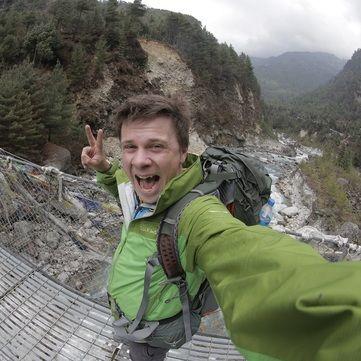 Дмитро Комаров одягнув непальців у вишиванку і пригостив салом