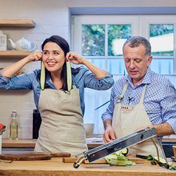 Як травмована Людмила Барбір вправляється з мандоліною на кухні Савви Лібкіна