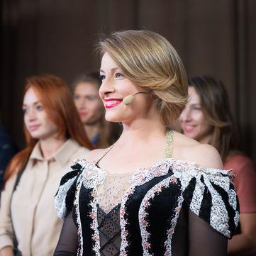 Молода матуся Олена Кравець здивувала вибором сукні (фото)