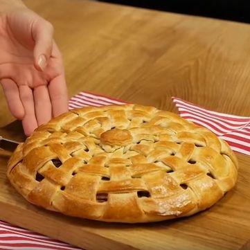 Рецепт Валентини Хамайко: Як приготувати солоний тришаровий пиріг
