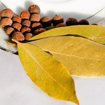 Лавровий лист покращує стан шкіри та виводить токсини