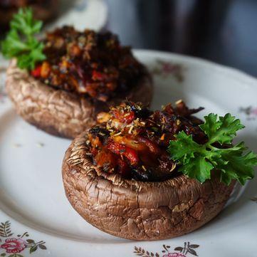 Смачна закуска із запечених грибів із сиром