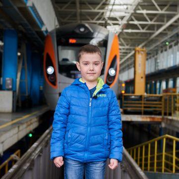 Здійсни мрію: 7-річний хлопчик став машиністом швидкісного потягу
