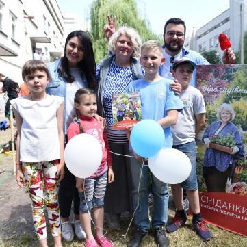 Сенічкін, Барбір і Підлісна зустріли День захисту дітей на городі з пацієнтами «Охматдиту»