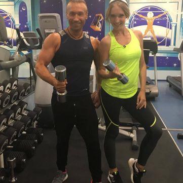 Олег Винник показав Каті Осадчій, як качається в залі