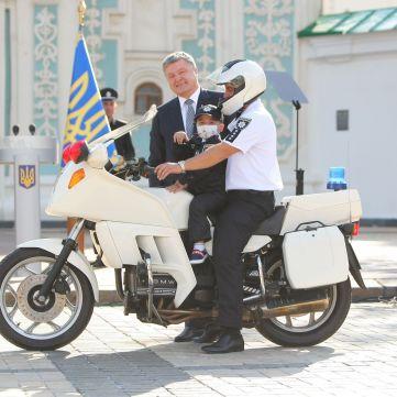 Грандіозне здійснення мрії у День поліції: Президент і голова МВС вручили поліцейський іменний жетон маленькому Глібу