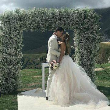 Які весільні сукні обирають зіркові наречені
