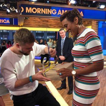 Команда Сніданку одягнула відому американку в українську вишиванку