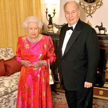 У квітах та золоті: Єлизавета ІІ вразила яскравим вечірнім образом