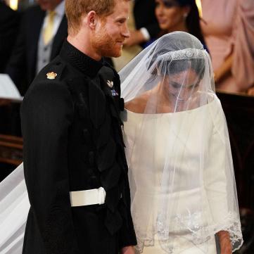 Меган Маркл здивувала мінімалістичною сукнею із довгим шлейфом