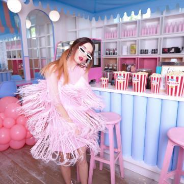 Далматинці, попкорн та рожеві кульки: Дорофєєва знялася у яскравій фотосесії
