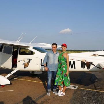 Ювілей у небі: на честь свого 35-річчя Дмитро Комаров покатав Катю Осадчу в літаку над Києвом