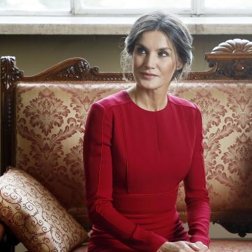 Королева Іспанії підкреслила струнку фігуру червоною сукнею (фото)