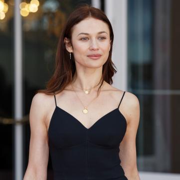 Голливудская актриса из Украины очаровала сексуальным платьем (фото)