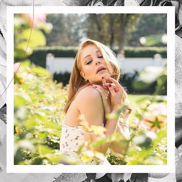 Тина Кароль примерила самый модный аксессуар осени 2018