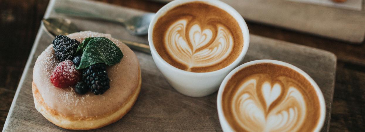 чашка кофе с пироженым