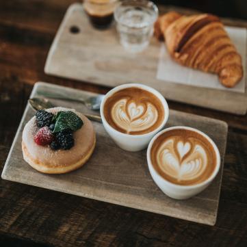 Чашка кави з тістечком