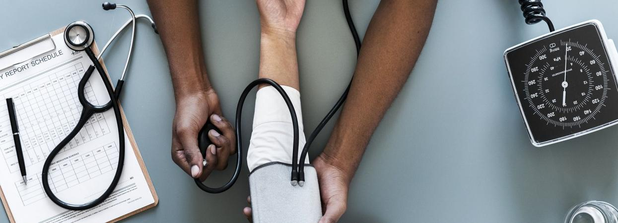 на фото вимірювання тиску у лікаря