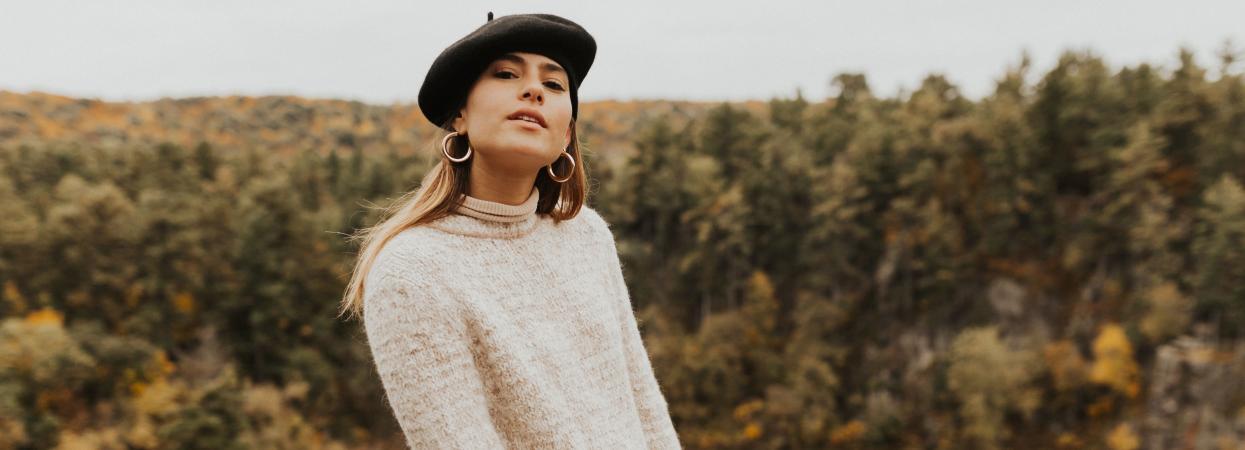 Фото девушки в берете и свитере на фоне осени