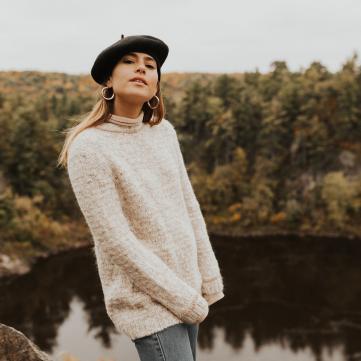 Фото дівчини в береті та светрі на тлі осені