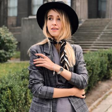 дівчина в капелюсі