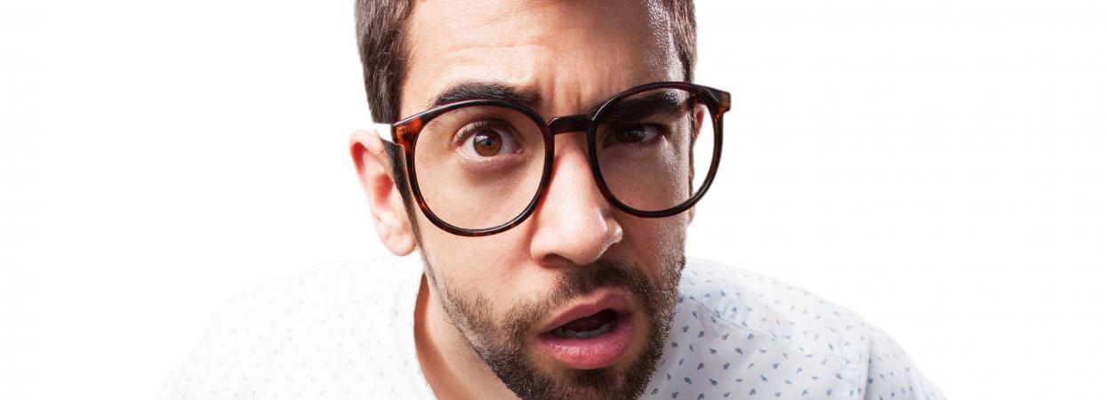 чоловік у окулярах