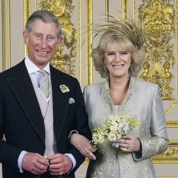 У мережі з'явилося фото крихітного принца Чарльза на руках королеви Єлизавети