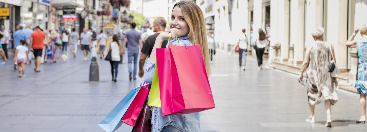 на фото дівчина робить покупки